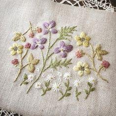 ハナダイコンっていうけれど、ずっとダイコンバナって呼んでいた紫色の花。子供の頃は、庭いっぱいに咲いていて、たくさん摘んで飾っていたけど、いつの間にか見られなくなってしまった。 #ダイコンバナ #へびいちご #ハコベ #刺しゅう #embroidery