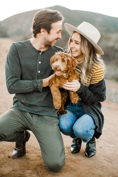 Couple Photoshoot With Dog Cute Ideas Family Pet Photography, Couple Photography Poses, Animal Photography, Vision Photography, Photography Photos, Fall Photo Shoot Outfits, Family Photo Outfits, Puppy Pictures, Dog Photos