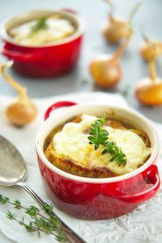 Lag en klassisk fransk løksuppe – soupe à l'oignon! Løksuppe er ufattelig rimelig mat, og nydelig på smak sammen med toast og fet Gruyère. Her får du tipset til å lage suppen på en snau time, helt uten anstrengelse! http://www.gastrogal.no/fransk-loksuppe/ #FranskLøksuppe, #Gruyère, #Løksuppe, #Suppe, #Vegetarisk