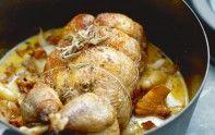 Pour un plat gourmand, voici une recette de pintade aux pommes de terre grenaille, girolles et sauge. Vous allez vous régaler.