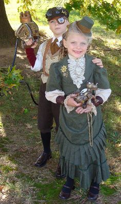 Steampunk costumes represent the period of time when society was steam-powered. Here is a gallery of amazing homemade Steampunk Costume Ideas for women, men, couples, families and kids. Steampunk Cosplay, Viktorianischer Steampunk, Steampunk Wedding, Steampunk Clothing, Steampunk Fashion, Victorian Fashion, Kids Steampunk Costume, Steampunk Outfits, Steampunk Goggles