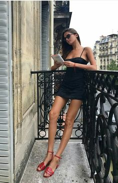 Parisian balcony reading in ❤️🥀 Style Parisienne, Summer Outfits, Cute Outfits, Boutique Fashion, Paris Mode, Foto Pose, Street Style, Parisian Chic, Inspired Outfits