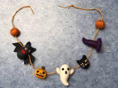 Needle felted halloween garland home decor wall decor Halloween Crafts To Sell, Cute Halloween, Halloween 2019, Needle Felted Cat, Halloween Garland, Felt Garland, Felt Cat, Hallmark Ornaments, Wet Felting