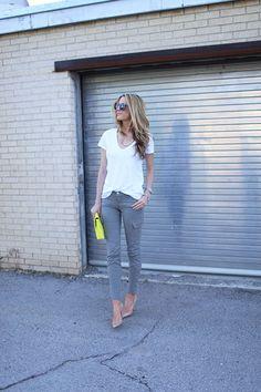 グレーのカーゴパンツと白Tシャツ *春夏ファッション『カーゴパンツ』レディース