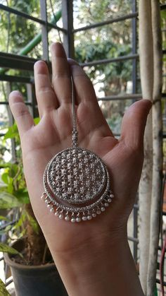 What a beautiful Bindiya maang tikka. Tika Jewelry, Indian Jewelry Earrings, Indian Jewelry Sets, Jewelry Design Earrings, Head Jewelry, Indian Wedding Jewelry, Jewelry Accessories, Jewelery, Cartier Jewelry
