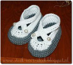 Verschillende keren is me al gevraagd   naar het patroontje van   deze babyschoentjes:           Het patroon is in het engels, ...