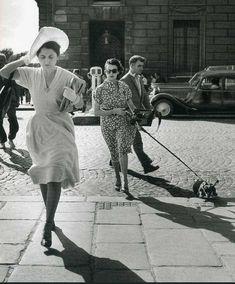 Robert Doisneau, Coup de vent dans la rue Royale, Paris (1949)
