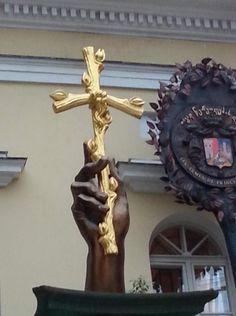 Крест из виноградной лозы. Работа Зураба Церетели.