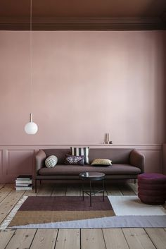 Salon en teinte de rose et de marsala pour une décoration scandinave cosy en camaïeu de rose