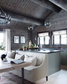 42 Inspiring Home Interior Cabin Style Design Ideas. Rustic charm is something that has gotten a lot of press lately. Some people like. Modern Cabin Interior, Home Interior, Interior Design Living Room, Cabin Homes, Log Homes, Construction Chalet, Cabin Chic, Cabin Interiors, House Design