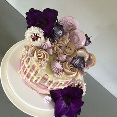 Purple purple purple 💜😈👾 a thank you cake for a lovely favour from a friend! Today's extravagant purple exterior hides a fluffy vanilla bean sponge layered with almond buttercream and blackcurrant coulis on the inside. Local berries and flowers from @rectoryfarmpyo  #purplecake #thankyoucake #whitechocolatedrip #gladiloi #purplestrawberries #meringue #cookies
