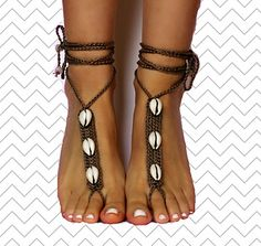 At this video tutorial I am showing you how you can make my favorite barefoot sandals design! I created this pattern last summer, but it´s the first time I share it.
