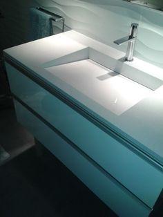 Lavabo con pendiente a desagüe oculto. Mueble suspendido en estratificado blanco.  www.espaisautor.com