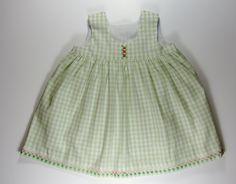 Robe en vichy vert et broderie suisse pour bébé : Mode Bébé par timounalily