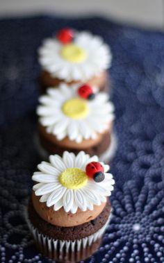 Fondant Daisy with Ladybug Flower Cupcake