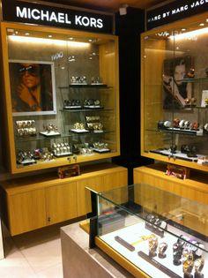 Jewerly shop interior concept stores visual merchandising new Ideas Design Shop, Shop Interior Design, Store Design, Visual Merchandising, Jewelry Store Displays, Interior Concept, Shop Window Displays, Shop Interiors, Vintage Decor