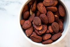Soyamandler er nemme at lave og så er de virkelig gode som snack eller som toppings i salater - få opskriften på gode soya mandler her