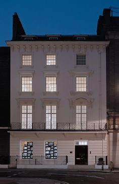 Go directly to Mayfair for David Zwirner's shining example of gallery swank... http://www.we-heart.com/2015/08/25/david-zwirner-gallery-london/