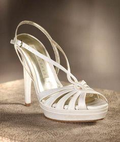 Sandalias en color blanco para novia modelo Camille - Foto Pronovias