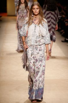 See all the Collection photos from Etro Spring/Summer 2015 Ready-To-Wear now on British Vogue Look Fashion, Trendy Fashion, Fashion Show, Fashion Design, Bohemian Mode, Bohemian Style, Boho Chic, Vogue, Spring Summer 2015