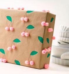 Originelle Verpackungsideen & Grußkarten mit Kraftpapier und Packpapier. Ob mit Handlettering, Stempelkunst, als Scherenschnitt oder Faltprojekt – Kraftpapier bietet die perfekte Leinwand für Ihre schönsten Eigenkreationen. Einfach mit etwas Farbe, ein paar Blumen, Schleifen oder Bommeln verzieren, und fertig ist das persönliche Geschenk.