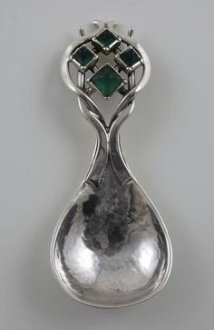 Rare Arts & Crafts silver caddy spoon by Omar RAMSDEN, mounted with 4 lozenge shaped chrysoprase, marked for London 1931. (hva)