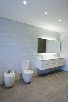 Luminosidad y sobriedad. Reforma de un baño en la localidad navarra de Paternáin. #bathroom #baño