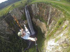 Urubici é perfeita para os aventureiros! Além de trilhas e rapel, tem a tirolesa de 200m que passa por cima da Cascata do Avencal. IRADOOOO!!!