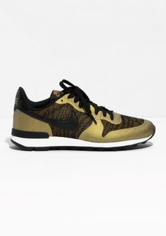 The Nike Internationalist KJCRD is inspired by classis Nike running styles. A combination upper blends different textures for durable comfort and stability, while a classic Waffle rubber outsole delivers maximum traction.
