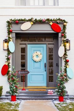 Outdoor Christmas Door Decorations: DIY Wood Lights Christmas Garland DIY Jumbo Wooden Christmas ornaments will welcome you home to the cutest holiday front door! Wooden Christmas Ornaments, Christmas Porch, Christmas Lights, Christmas Crafts, Simple Christmas, Christmas Holidays, December Holidays, Antique Christmas, Wood Ornaments