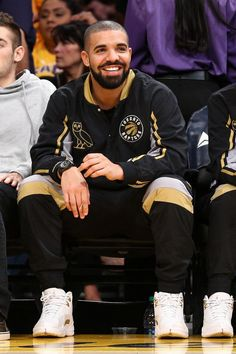 Drake Tops Spotify's Most-Streamed Artists List For What Does It Mean? Rapper Drake attends the game between the Los Angeles Lakers vs. the Toronto Raptors at Staples Center on Friday, Nov. in Los Angeles. Hip Hop Look, Style Hip Hop, Drake E, Drake Drizzy, New School Hip Hop, Drake Photos, Drake Wallpapers, Drake Graham, Aubrey Drake