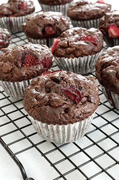 A tökéletes csokis muffin -eperrel / Best chocolate muffin ever - Szofika a… Chocolate Muffins, Best Chocolate, Cupcakes, Cake Cookies, Torte Cake, Just Eat It, Easter Brunch, Something Sweet, Sweet Recipes