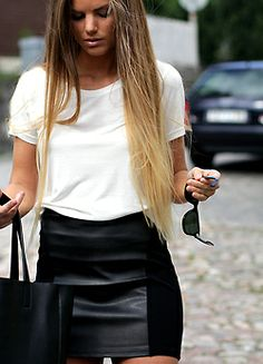 The leather skirt. This outfit has all the seasons essential pieces. White tee, leather skirt, tote all bag and fabulous hair. Looks Style, Style Me, Mode Outfits, Fashion Outfits, Fashion Story, Moda Rock, Look Girl, Inspiration Mode, Mode Style