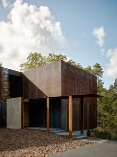 Designed by Faulkner Architects, Miner Road House is a three-bedroom residence clad in Corten steel panels, located in Orinda, California, USA. Facade Architecture, Residential Architecture, Modern Contemporary Homes, Modern Design, Dream House Exterior, House And Home Magazine, Cladding, Building A House, New Homes