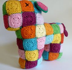 Granny doggie by Franciens haakwerk. Free pattern for the mini grannies, in Dutc. Granny doggie by Franciens haakwerk. Free pattern for the mini grannies, in Dutc… Granny doggie Crochet Dragon Pattern, Crochet Bunny, Crochet Home, Crochet Patterns, Crochet Gratis, Free Crochet, Flower Granny Square, Crochet Projects, Knitting