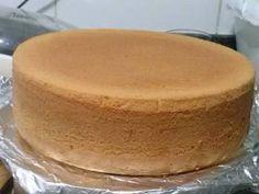 Massa básica para bolos (massa base) 3 ovos 1 ½ xícara (chá) de açúcar 150 ml de água quente 2 colheres (sopa) de óleo 2 xícaras (chá) de farinha de trigo