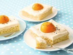 Macht euren Gästen zu Ostern eine Freude und versteckt nicht nur Schoko-Osterhasen, sondern überrascht sie mit einem selbstgebackenen Kuchen. Ein Spiegeleikuchen ist das perfekte Blechkuchen für die Osterfeiertage! Dieses Rezept von Sanella für Spiegeleikuchen ist super einfach, der Kuchen ist schnell zubereitet, schmeckt frisch und ist ein echter Hingucker. Diesen Osterkuchen kann wirklich jeder backen!