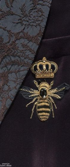 Monsyeur's Journal is providing an exclusive ultima luxury guide for london! Bee Embroidery, Embroidery Designs, Bee Do, Bell Design, Bee Brooch, Dolce E Gabbana, Bee Happy, Save The Bees, Bees Knees