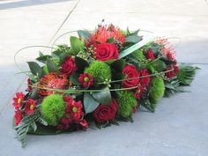 Klassiek grafstuk Grave Flowers, Funeral Flowers, Flower Centerpieces, Flower Decorations, Funeral Sprays, Casket Sprays, Fleur Design, Grave Decorations, Funeral Flower Arrangements