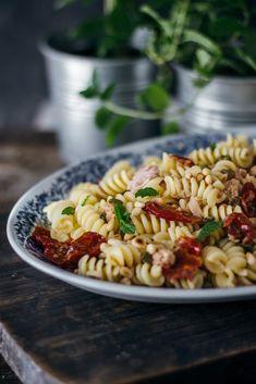 Ζυμαρικά με λιαστή ντομάτα, τόνο και κάπαρη - Teti's flakes Pasta, Ethnic Recipes, Food, Essen, Noodles, Yemek, Eten, Meals
