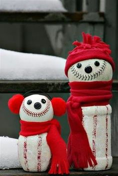 Baseball snowmen for all the baseball lovers! would be cute to add little touches of your favorite team