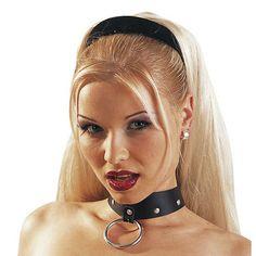 Zado Leren halsband met ring Zado Leren halsband voor hem en haar. Echt leer met siernieten en ring. Totaal 48 cm lang, middels gespen verstelbaar. €21,95