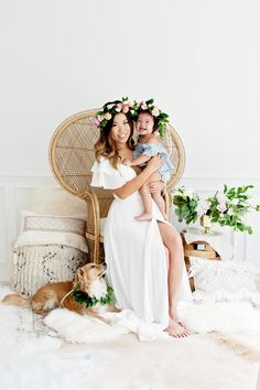Boho Mommy and Me Photoshoot with Peacock Chair and Moroccan Wedding Blankets. DIY Greenery Wreath with Flower Crowns Source by and me Pregnancy Announcement, Pregnancy Early Mother's Day Photos, Spring Photos, Mama Baby, Mom And Baby, Photography Mini Sessions, Family Photography, Chair Photography, Ava Elizabeth Phillippe, Shooting Studio