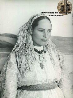 Femme marocaine portant sur sa tete : Sebniya (foulard carre avec frange)....magnifique !!!!