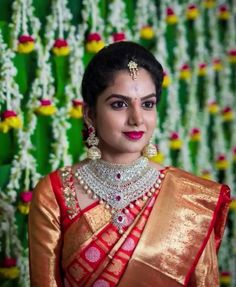 How To Be Effortlessly Beautiful With A Single Piece of Heavy Jewellery! Wedding Saree Blouse Designs, Silk Saree Blouse Designs, Bridal Silk Saree, Saree Wedding, Saree Jewellery, Bridal Jewellery, Jewellery Earrings, Temple Jewellery, Gold Earrings