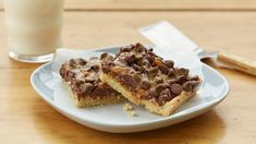 Pick up a piece of pecan pie in an easy-to-eat bar. Cake Bars, Dessert Bars, Easy Desserts, Dessert Recipes, Key Lime Pie Bars, Eating Raw Cookie Dough, Pecan Rolls, Pecan Bars, Caramel Pecan