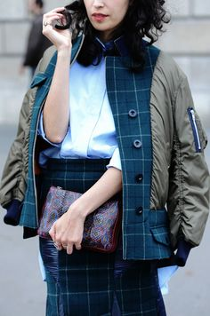 Tartan checked women's suit - boxy jacket and pencil skirt. Looks great with khaki bomber jacket! Tomboy Street Style, Street Style Women, Tomboy Chic, Street Chic, Tartan Fashion, Fashion Fashion, Tommy Ton, Recycled Fashion, Denim Coat