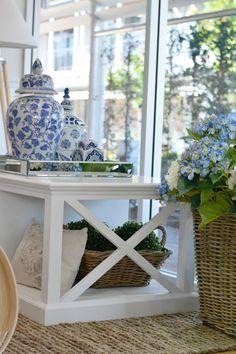 Déco bord de mer chic : destination les Hamptons Schickes Dekor am Meer: Bestimmungsort der Hamptons! Die Hamptons, Hamptons Style Decor, Villa Design, House Design, Design Design, Estilo Hampton, Table Design, Blue And White China, Blue China