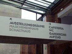 Um sistema de orientação diferenciado do SV Associates, em um museu de arte em Cottbus, é um exemplo de uma solução que funciona juntamente com a arquitetura.
