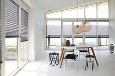 De plisségordijnen en dupligordijnen van Dimago zijn uitermate geschikt als raamdecoratie in je serre of erker. Het zijn ranke producten, die mooi aansluiten op de smalle ramen van een serre of erker. De profielen hebben niet veel ruimte nodig en zijn dicht tegen elkaar te monteren. Ga naar www.biggelaarverf.nl voor meer informatie. Roller Blinds, Stores, Window Treatments, Valance Curtains, Beach House, Dining Room, Minimalist, Shelves, Windows